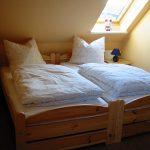 Schlafzimmer mit 2 Betten zum Doppelbett gestellt