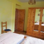 Schlafzimmer mit Doppelbett & Schrank