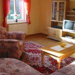 Wohnzimmer mit Eckcouch TV + Radio